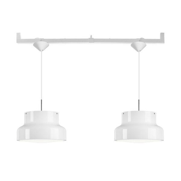 Två lampor över matbord ett uttag