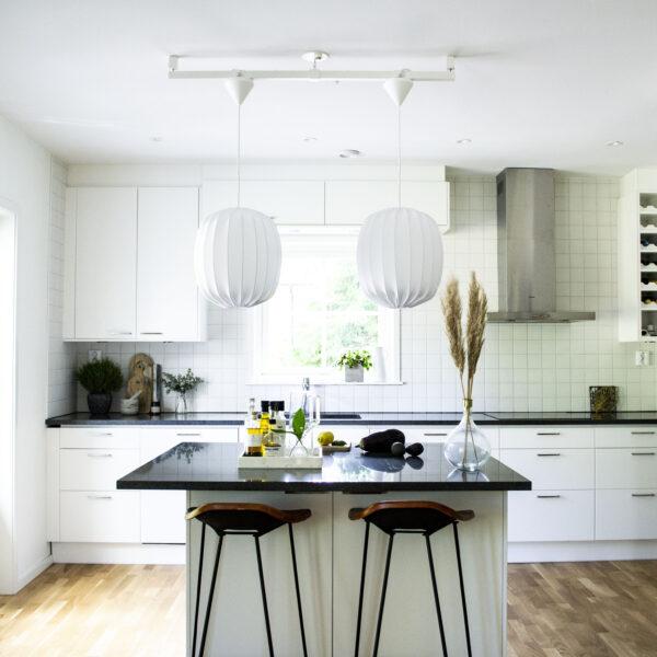 Två lampor över köksö
