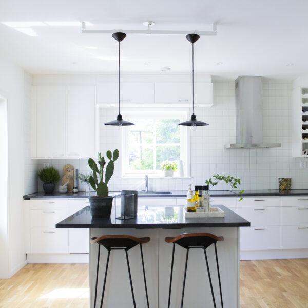Två taklampor i kök